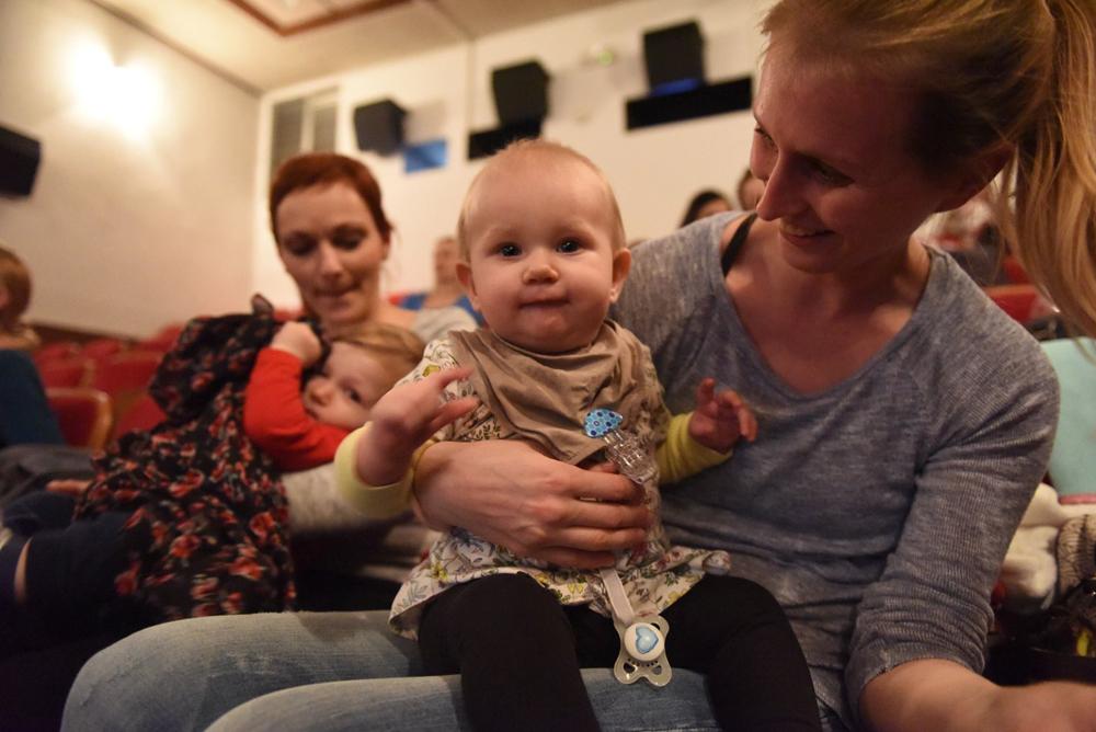 18. Z dojenčkom v kino