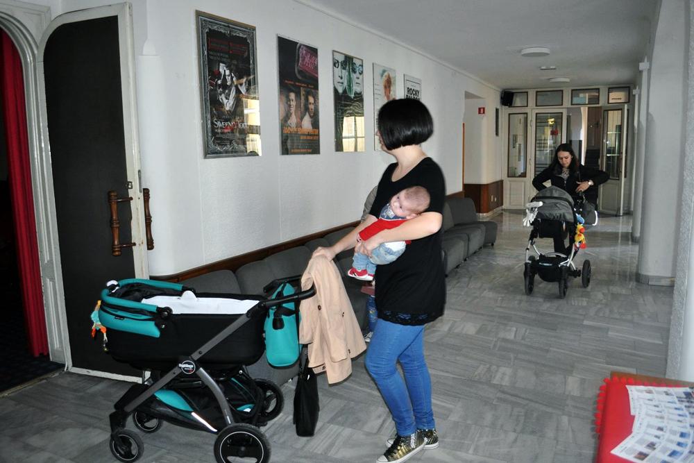 30. Z dojenčkom v kino
