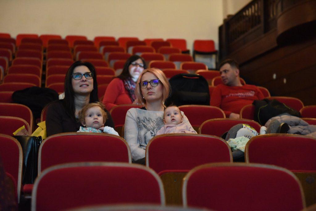 32. Z dojenčkom v kino